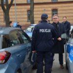 Uczestnicy uroczystego odbioru nowych aut policyjnych w Komendzie Miejskiej