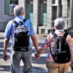 Fotografia dwóch staryszch osób trzymających się za rękę