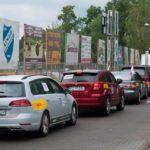 Zdjęcie samochodów przy stadionie