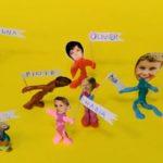 Ludziki z plastelinz fotografiami głów dzieci i flagami z imionami