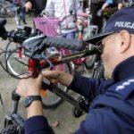 Znakowanie roweru przez policjanta