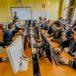 Uczniowie przy stanowiskach informatycznych