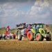 Traktor ze sprzętem rolniczym