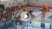 Kadr z filmu szkolnych zawodów pływackich