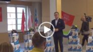 Kadr filmu przekazania obuwia sportowego klubom sportowym powiatu poznańskiego