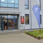 wejście do nowego skrzydła szkoły w Murowanej Goślinie