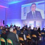 uroczystość otwarcia szkoły w Murowanej Goślinie po rozbudowie - przy mikrofonie starosta poznański Jan Grabkowski