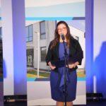 uroczystość otwarcia szkoły w Murowanej Goślinie po rozbudowie - przy mikrofonie dyrektor szkoły