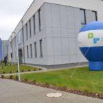 balon promocyjny powiatu poznańskiego stojący przed nowym skrzydłem szkoły w Murowanej Goślinie