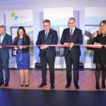 uroczystość otwarcia szkoły w Murowanej Goślinie po rozbudowie - przecięcie wstęgi