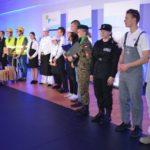 Uroczystość otwarcia szkoły w Murowanej Goślinie - prezentacja zawodów na scenie