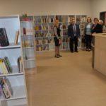goście uroczystego otwarcia szkoły w Murowanej Goślinie oglądający bibliotekę