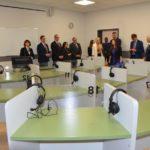 goście uroczystego otwarcia szkoły w Murowanej Goślinie oglądający sale dydaktyczne