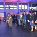 uroczystość otwarcia szkoły w Murowanej Goślinie - goście stoją, wprowadzenie sztandaru