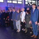 goście uroczystości otwarcia szkoły w Murowanej Goślinie, stojący do hymnu