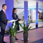 prowadzący uroczystość otwarcia szkoły w Murowanej Goślinie