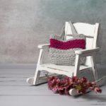 krzesło drewniane na biegunach z wydzierganą torbą