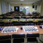 zdjęcie przygotowanych stołów z zachownicami czekajce na zawodników