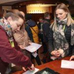 uczestnicy konferencji podczas rozwiązywania questów