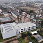 widok z lotu ptaka na dobudowane skrzydło szkoły w Murowanej Goślinie