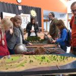 goście oglądający makietę grodu Dąbrówka