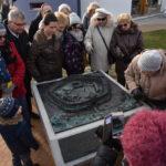 grupa osób przy makiecie Grodu Dąbrówka