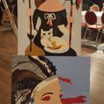 malarskie dzieła osób z niepełnosprawnościami na sztalugach