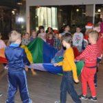 dzieci bawiaće się kolorowym materiałem