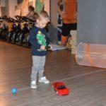 dziecko bawiące się samochodzikiem na pilota
