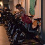 dzieci na rowerach stacjonarnych
