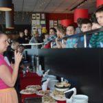dzieci słuchające animatorki