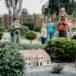 zwiedzający Skansen Miniatur Szlaku PIastowskiego