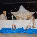 występujący na scenie w przebraniach aniołów siedzący w statku