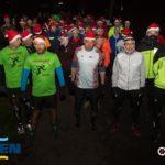biegacze w czapkach św. Mikołaja