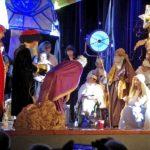 aktorzy występujący na scenie podczas jasełek