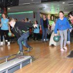 uczestnicy zawodów z okazji Międzynarodowego Dnia OSób Niepełnosprawnych - gra w kręgle