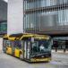 autobus solarisa zaparkowany przed budynkiem