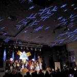 aktorzy na scenie jasełek, widok na iluminację na suficie