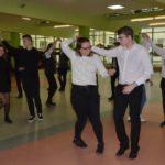 Uczniowie tańczący wspólnego Poloneza w szkołach powiatu poznańskiego