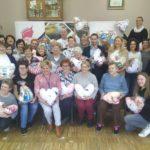 na zdjęciu osoby szyjące poduszki w kształcie serca w ramach akcji Serce od Serca