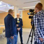trzy osoby w trakcie wywiadu dla Telewizji STK