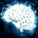 strzelający błyskawicami mózg na granatowym tle