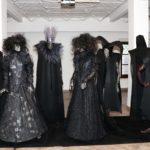 zdjęcie ukazujące manekiny w czarnych strojach