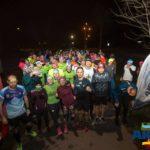 grupa biegaczy pozuje do zdjęcia - Aktywny Czerwonak Nocą