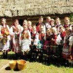 Na zdjeciu pozuje zespół folklorystyczny w ludowych strojach