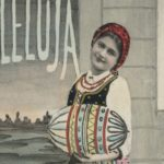 Kobieta w stroju ludowym z jajem wielkanocnym