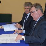 włodarze podpisujący dokumenty w sprawie budowy tunelu w Kobylnicy