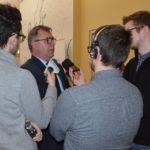 na zdjęciu starosta poznański Jan Grabkowski otoczony reporterami z lokalnych mediów, udzielający wywiadu