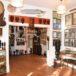 Zdjęcie ukazujące wnętrze Muzeum Arkadego Fiedlera w Puszczykowie pomieszczenie wypełnione eksponatami i pamiątkami z podróży