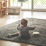 Dziecko w zabawie na dywanie